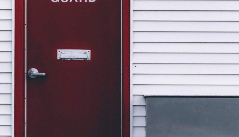 Hos en forretning med vinduer kan du også købe døre
